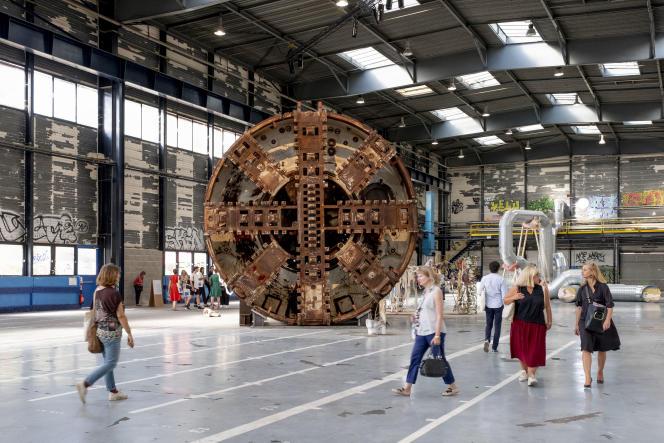 «Knotworm», de Sam Keogh, oeuvre monumentale réalisée à partir d'un tunnelier, aux usines Fagor, à Lyon.