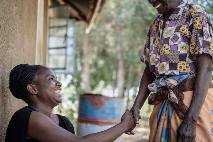 Caroline Teti, chargée des relations avec la presse de Give Directly au Kenya, dans un village de la région Bondo (ouest du pays), en octobre 2018.