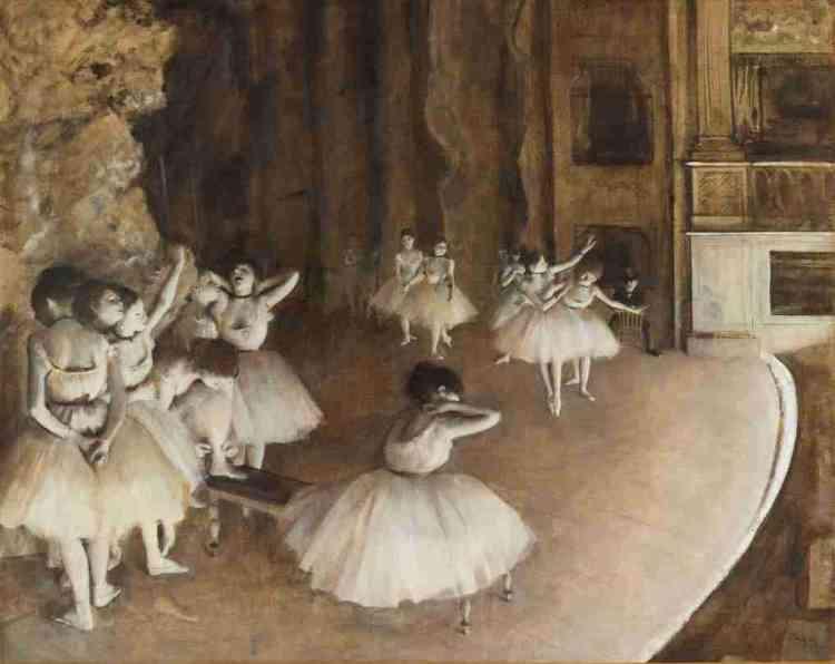 «Peinte en grisaille, cette œuvre exigeante dit le rôle incontournable de l'éclairage àl'Opéra, où la rampe – ce bandeau blanc séparant la salle de la scène – éclaire et révèle les formes. Mais Degas, qui joue ici avec une économie de tons proche du noir et blanc, semble également commenter le rôle primordial de la lumière dans la composition d'un tableau et la mise en valeur de son sujet.»Marine Kisiel