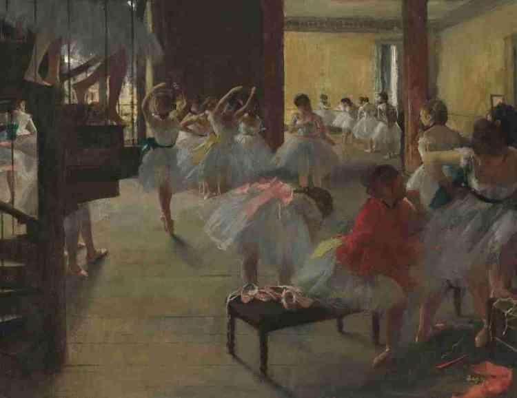 «Ce tableau offre une plongée séduisante et radicale dans une salle de répétition del'opéra. Degas y déploie un art savant de la composition. Il fait surgir l'escalier encolimaçon au premier plan, où apparaissent les jambes coupées des danseuses, etforce le spectateur à imaginer ce que le tableau ne montre pas: l'intégralité du corps tronqué des danseuses, et la salle de l'étage supérieur qu'elles viennent dequitter.»Marine Kisiel