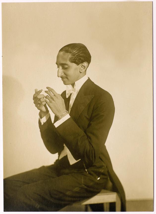 «Le Maharaja d'Indore en tenue de soirée», photo de Man Ray, vers 1927-1930.