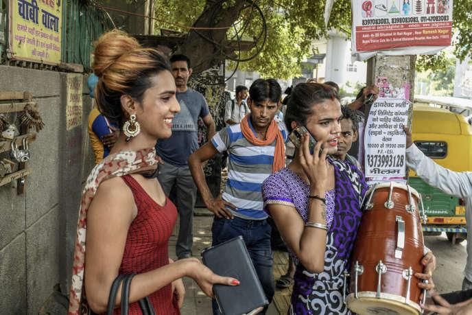 Samira et Kanishka, deux hijras, dans les rue de New Delhi.