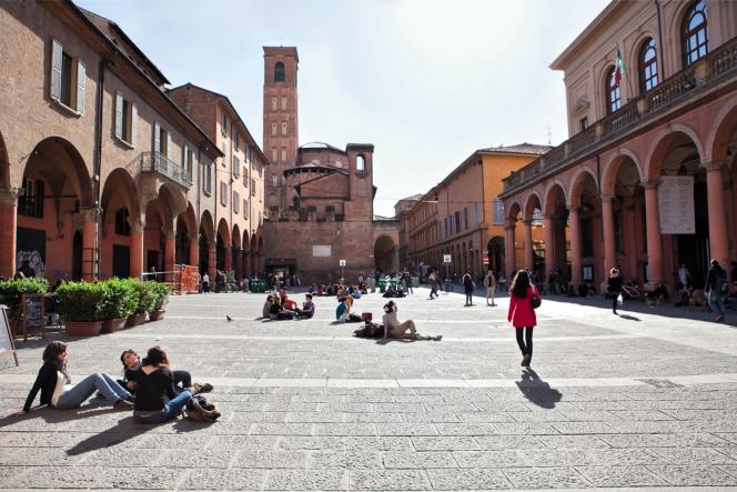Le centre-ville de Bologne, traditionnellement peuplé par les étudiants de laAlma Mater Studiorum, la plus ancienne université d'Europe (1088).