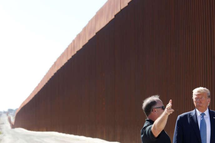 Donald Trump visite une section du mur construit à la frontière entre les Etats-Unis et le Mexique, à Otay Mesa, en Californie.