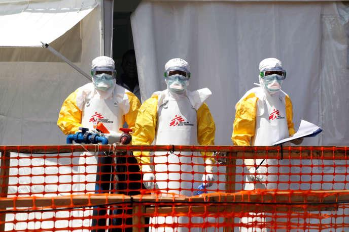Des agents de santé en combinaisons de protection devant le nouveau centre de traitement Ebola construit par Médecins sans frontières, à Goma (RDC), le 4août2019.
