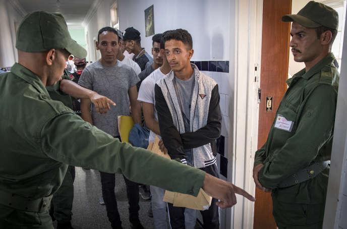 A Kenitra, en août 2019, de jeunes Marocains se succèdent pour le recrutement des appelés auservice militaire, rétabli en 2018 par Mohammed VI.
