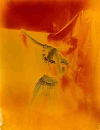 «Ce négatif d'un cliché probablement pris par Degas dans son atelier, durant l'hiver 1895-1896 : ses saisissantes couleurs, bleues et orangées, résultent probablement d'une intensification chimique compensant la sous-exposition ou le trop faible développement de l'image. La silhouette de la danseuse s'y fond et s'y révèle tout à la fois.»Marine Kisiel