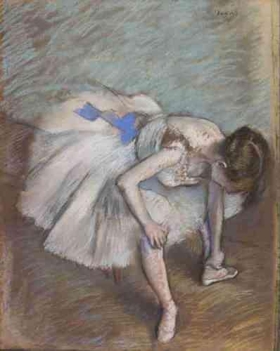 «Degas a inlassablement exploré les postures les plus expressives du corps: il étudie ladanseuse avant ou après l'effort, qui bâille, s'étire, remet son épaulette, se gratte ledos, rattache son chausson ou se masse la cheville. Ici, il étudie un geste particulièrement expressif, rapide et quotidien, qui met en valeur la délicatesse dunœud bleu du tutu et la souplesse de la danseuse au corps replié.»Leïla Jarbouai