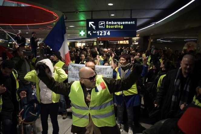 Des « gilets jaunes» bloquent l'aéroport de Roissy-Charles de Gaulle pour protester contre la privatisation d'ADP, le 9 mars.