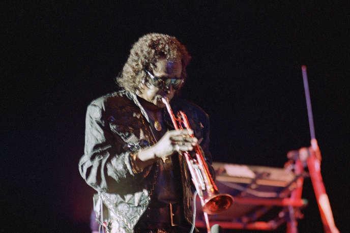 Miles Davis lors d'un concert donné le 1er juin 1987 à Tel Aviv, Israël.