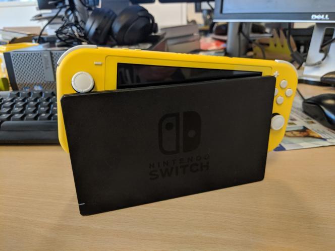 La Switch Lite ne s'insère pas très bien dans le dock de la Switch classique et, du reste, c'est normal, elle n'est pas du tout prévue à cet effet.