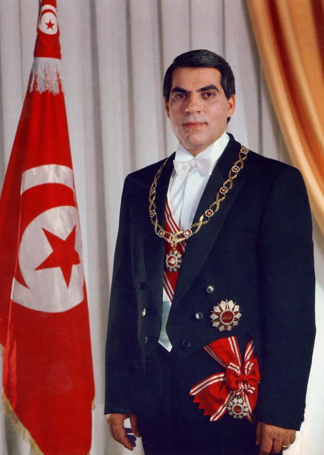 Le portrait officiel de l'ancien président tunisienZine El-Abidine Ben Ali, pris en avril 1988, était présent dans de nombreux lieux publics à travers le pays.