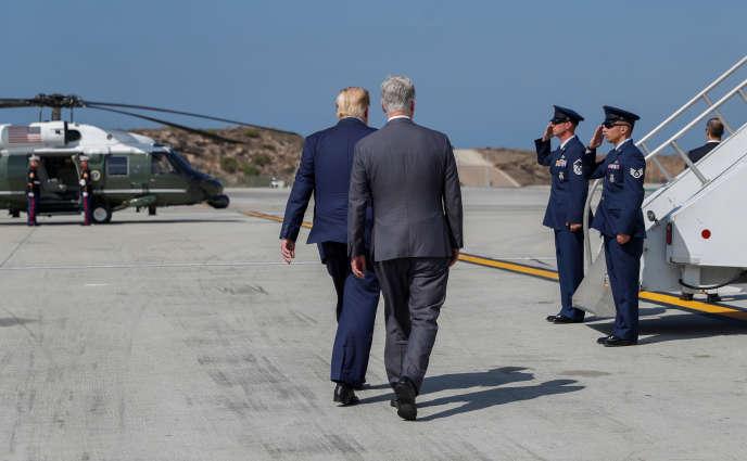 Donald Trump et sonnouveau conseiller à la sécurité nationale, Robert O'Brien, à l'aéroport de Los Angeles, le 18 septembre.