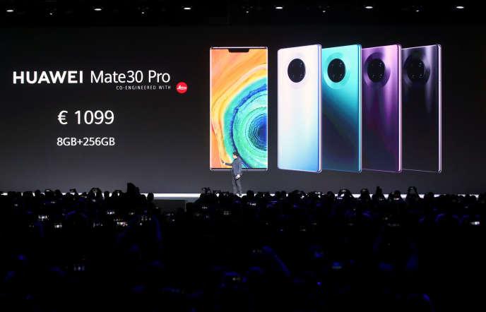 Richard Yu, le responsable de la division électronique grand public de Huawei, présente la gamme Mate 30 à Munich (Allemagne), le 19 septembre. REUTERS/Michael Dalder