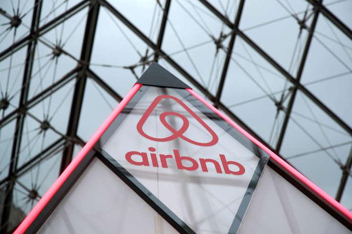 « Le manque à gagner pour les hôtes au prénom à consonance arabe ou musulmane est de 6,2 millions de dollars, dont 3,5 millions de dollars durant les deux ans et demi suivant les attaques» (Logo d'Airbnb, Pyramide du Louvre, en mars).