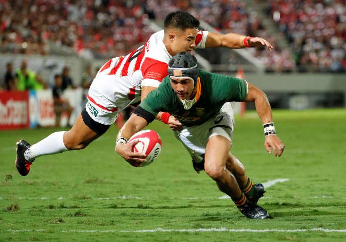 Cheslin Kolbe (en vert) est l'atout n°1 de l'équipe sud-africaine des Springboks, qui comptent parmi les favoris de la Coupe du monde de rugby 2019. Ici, lors d'un match contre le Japon àKumagaya, le 6 septembre 2019.