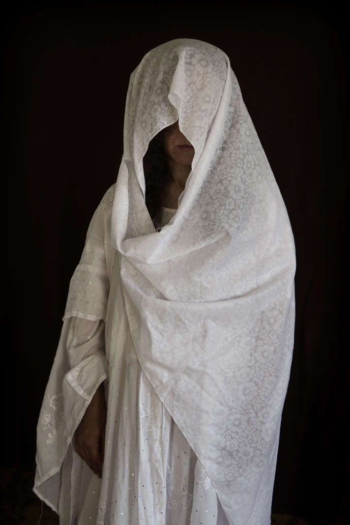 Rooba, 28 ans, illettrée. Originaire de Kojo, région de Sinjar. Date de la capture: le 15 août 2014; durée de la captivité: dix mois.