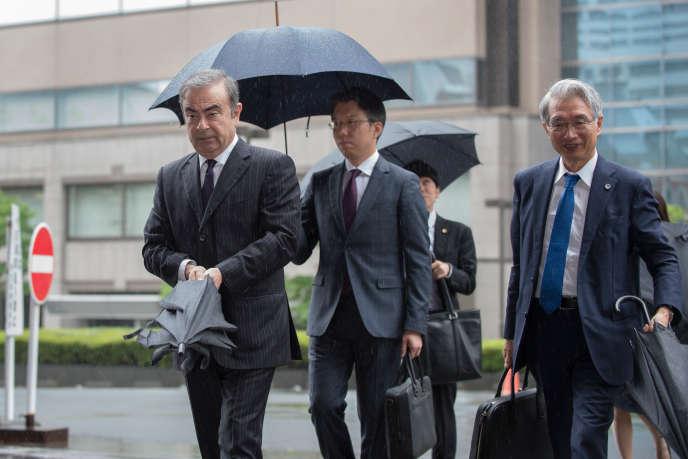 Carlos Ghosn et son principal avocat au Japon, Junichiro Hironaka, au tribunal de Tokyo, le 24 juin.