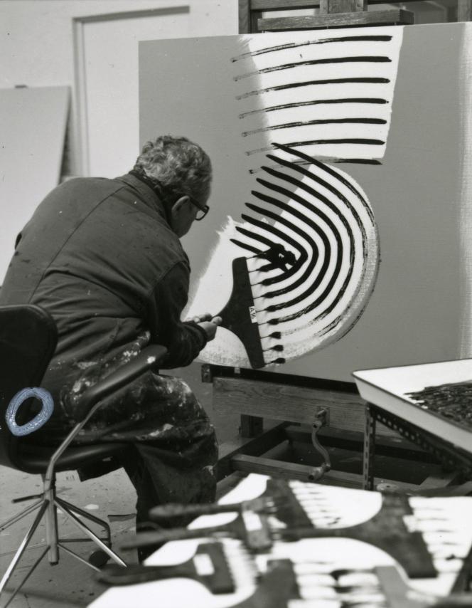 Hans Hartung dans son atelier d'Antibes, en 1975.