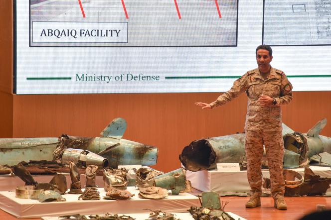 Le colonel saoudien Turki Al-Malki, porte-parole du ministère de la Défense saoudien, présente les débris de missiles et de drones récupérés sur les sites pétrioliers attaqués le 14 septembre.