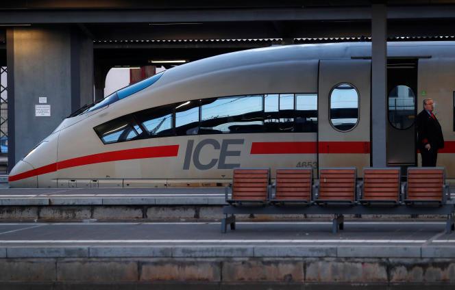 Un Intercity-Express (ICE, train à grande vitesse) de la compagnie ferroviaireDeutsche Bahn, à Francfort, en Allemagne, le 27 mars.