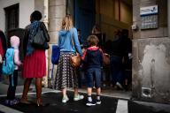 Des parents emmènent leurs enfants dans une école à Paris, le 2 septembre.