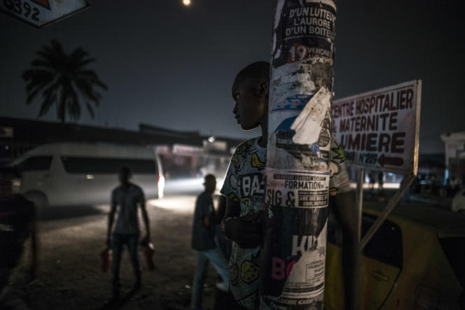 Des« shégués» lors d'une maraude nocturne avec Médecins du monde dans les rues de Kinshasa, en septembre 2019.