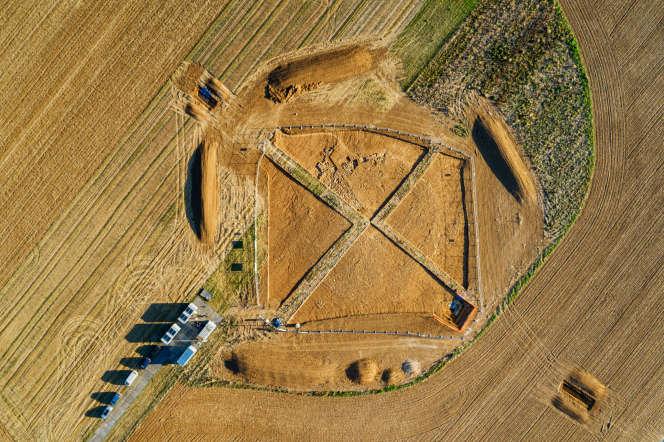 Vue de drone de la fouille de Vix (Côte-d'Or). L'emplacement de la tombe celte se trouve au centre de la croix.