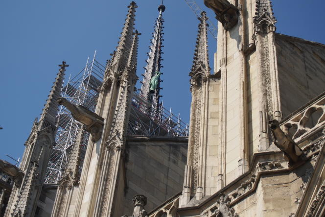Dépose des statues du toit de Notre-Dame de Paris pour restauration avant incendie.