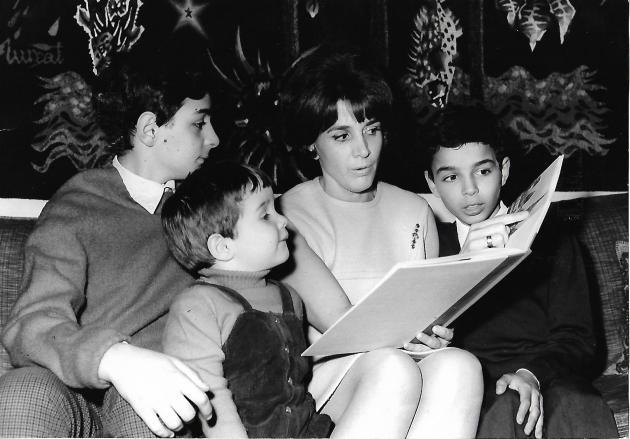 Gisèle Halimi avec ses trois fils, à la fin des années 1960.