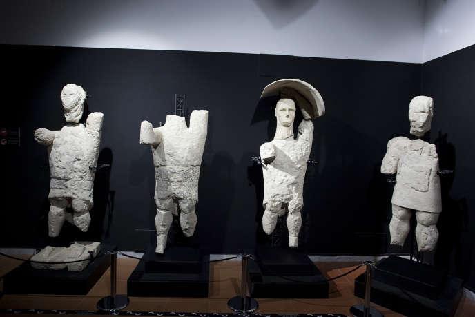 Plusieurs statues des Géants, pouvant mesurer deux mètres, ont été recomposées à partir des blocs trouvés lors des fouilles de la nécropole de Monte Prama. Elles sont exposées au Musée de Cabras sur la côte ouest de la Sardaigne.