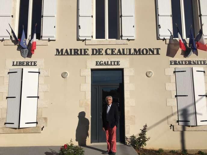 Pierre Petitguillaume (DVD), devant la mairie de Ceaulmont (Indre), qu'il dirige depuis 1971.