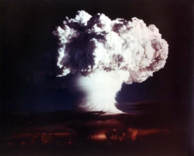 Essai des Etats-Unis, à la bombe H, sur les îlesMarshall dans l'océan Pacifique, le 1er novembre 1952.