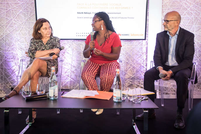 La porte-parole du gouvernement, Sibeth Ndiaye, entourée des journalistes du «Monde», Françoise Fressoz et Philippe Escande, au Club de l'économie, le 19 septembre.
