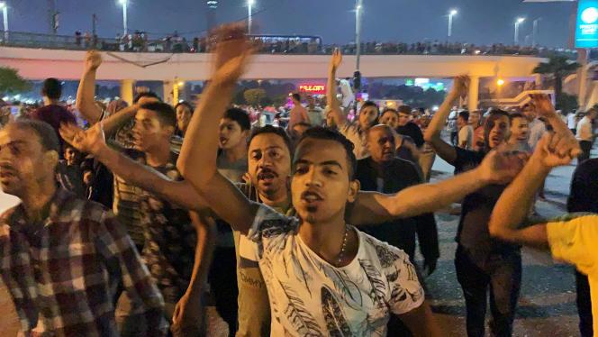 Un groupe de manifestants défilent au Caire, en Egypte, le 20 septembre 2019.