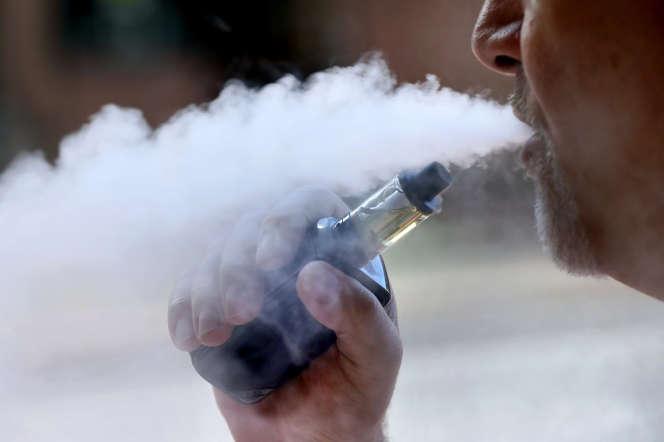 Utilisateur decigarette électronique, à Portland (Maine).