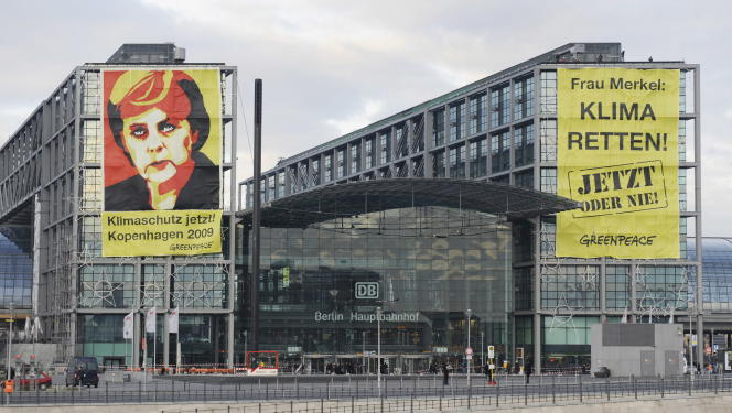 En décembre 2009, des banderoles installées par Greenpeace sur la gare de Berlin :« Madame Merkel, sauvez le climat, maintenant ou jamais».