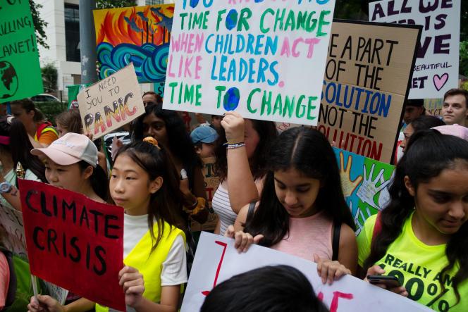 Des jeunes manifestants participent à la marche pour le climat à Bangkok (Thaïlande), le 20 septembre 2019.