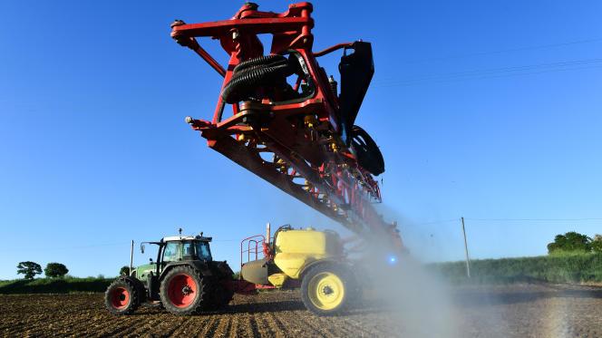 Epandage de pesticides sur un champ dans le nord-ouest de la France.