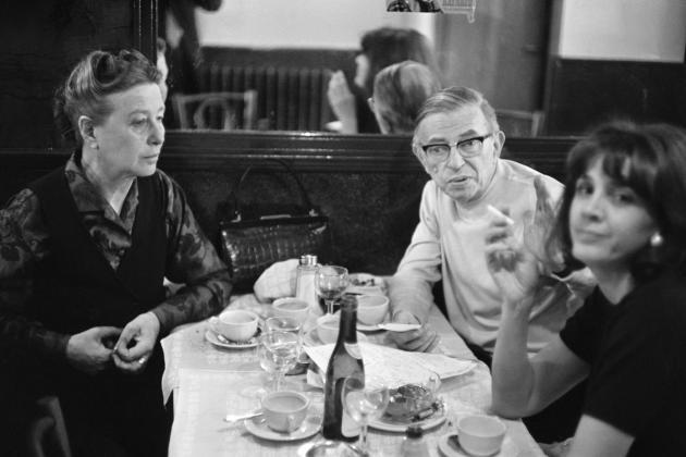 Gisèle Halimi (à droite), avec Simone de Beauvoir et Jean-Paul Sartre dans un restaurant parisien, en mai 1970.