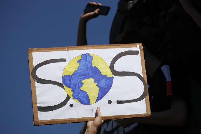 Une pancarte pendant la manifestation parisienne de vendredi.