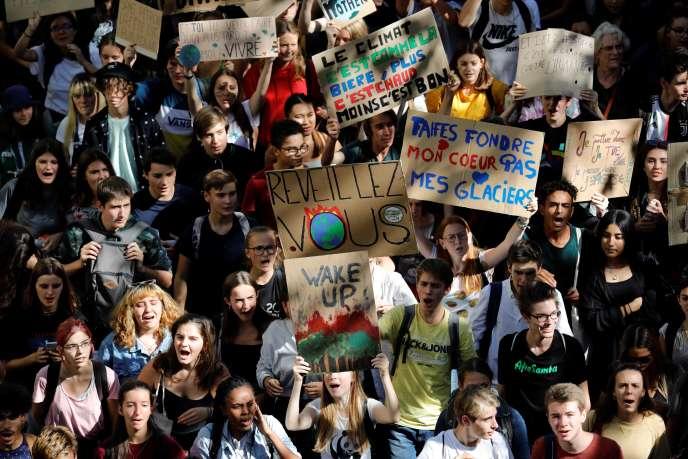 Près de 10 000 jeunes ont manifesté à Paris, vendredi 20 septembre.