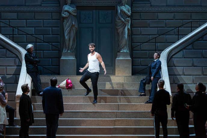 Sur les escaliers, de gauche à droite : Nicolas Cavallier(Lindorf), Adam Smith(Hoffmann) et Aude Extrémo (La Muse/Nicklausse). En bas des escaliers, de dos, une partie du Chœur de l'Opéra National de Bordeaux.
