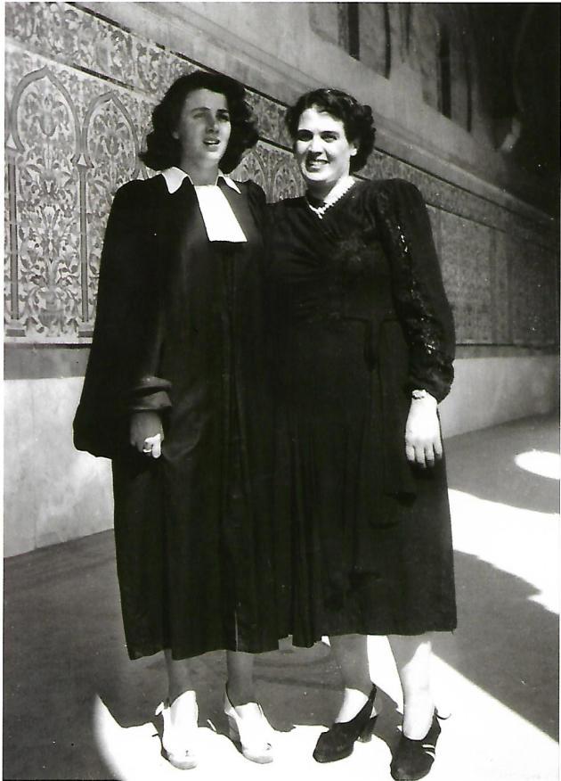 Gisèle Halimi avec sa mère, lorsqu'elle prête son serment d'avocate, à Tunis, en 1949.
