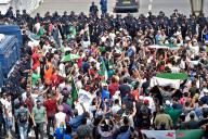 Des manifestants dans les rues d'Alger face à un barrage de policiers, vendredi 20 septembre 2019.