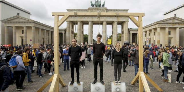 Devant la porte de Brandebourg, à Berlin, une foule immense pour le climat