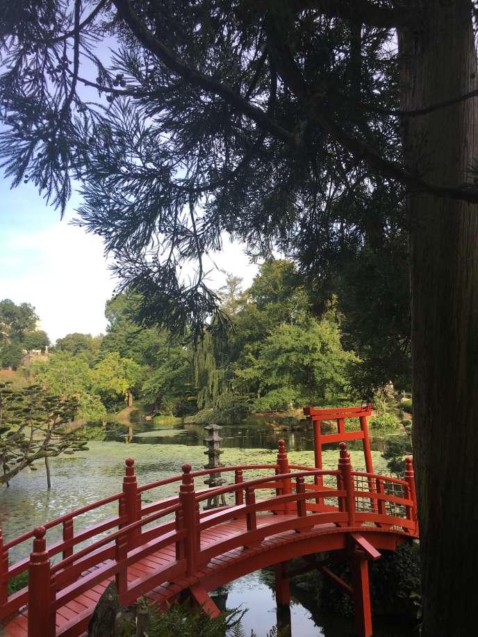 Le pont japonais et le torii. La couleur rouge, dans la religion shinto, signale le caractère sacré d'un lieu.