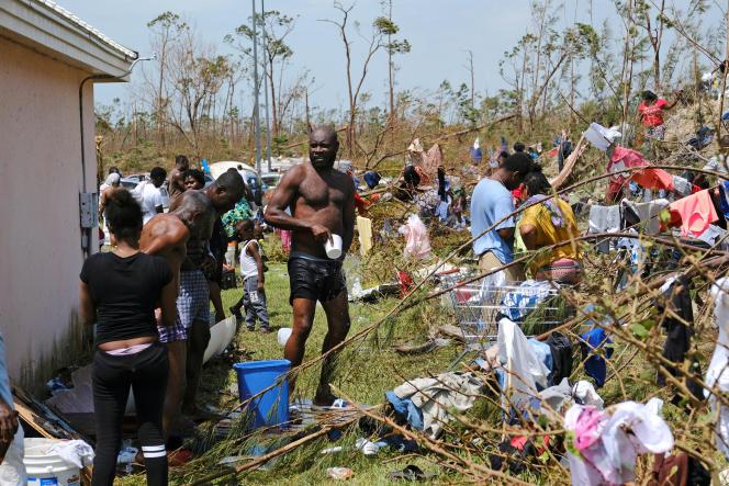 Des Haïtiens dont les habitations ont été détruites par l'ouragan Dorian à Marsh Harbour, sur l'île d'Abaco aux Bahamas, le 4 septembre.