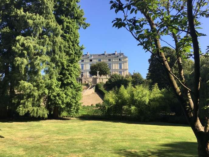 L'ancien château de Maulévrier a brûlé pendant la Révolution. L'actuel château Colbert, vu ici depuis le parc de Maulévrier, date du XIXe siècle.