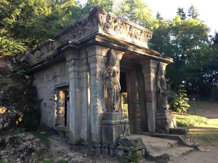 Recréé par Alexandre Marcel à partir de moulagesde sa délirante création architecturale de l'Exposition universelle de 1900, ce temple abrite une statue de Bouddha décorée et consacrée.